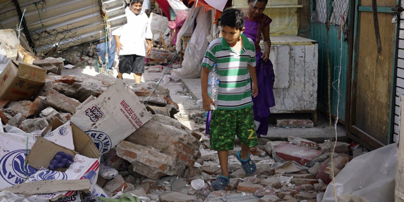 (170908) -- OAXACA, septiembre 8, 2017 (Xinhua) -- Un niño reacciona en el sitio de un derrumbe provocado por un sismo en Juchitán, estado de Oaxaca, México, el 8 de septiembre de 2017. El sismo de 8,2 grados de magnitud que sacudió el sur y centro de México la noche del jueves, con un saldo preliminar de 58 muertos, tuvo 337 réplicas durante las 13 horas posteriores, informó el Servicio Sismológico Nacional (SSN). (Xinhua/David de la Paz) (dp) (ma) (ce)
