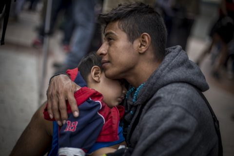 """22062018-TIJUANA BAJA CALIFORNIA, 29ABRIL2018.- Un grupo de 300 centroamericanos pertenecientes a La Caravana Migrante se entregaron esta tarde a las autoridades migratorias estadounidenses con el objetivo de pedir asilo político. Familias enteras cruzaron la puerta de la garita internacional """"El Chaparral"""" hacia Estados Unidos como consecuencia de la violencia que viven en sus países de origen. FOTO: OMAR MARTÍNEZ /CUARTOSCURO.COM/CUARTOSCURO.COM"""