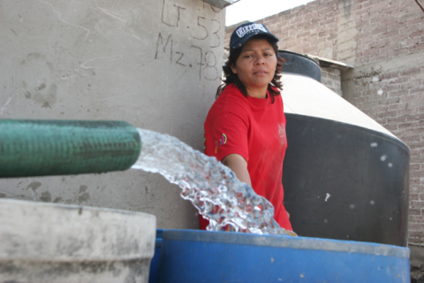 MÉXICO, D.F., 08ABRIL2009.-Decenas de pipas recorren la delegacion Iztapalapa para surtir de agua a cientos de capitalinos que sufrirán la falta del vital liquido por el tercer corte del suministro del sistema Cutzamala.