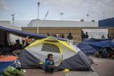 18082018-TIJUANA BAJA CALIFORNIA, 01MAYO2018.- Decenas de migrantes solicitantes de asilo humanitario pasaron la noche durmiendo a la intemperie, en la acceso al Puesto de Control El Chaparral. De los 200 Centroamericanos, entre hombres, mujeres y niños, sólo 8 han logrado ingresar para iniciar el proceso de entrevista con autoridades estadounidenses. Los refugiados provenientes de Honduras y El Salvador, iniciaron su recorrido el pasado 25 de marzo en la frontera entre México y Guatemala. FOTO: OMAR MARTÍNEZ /CUARTOSCURO.COM