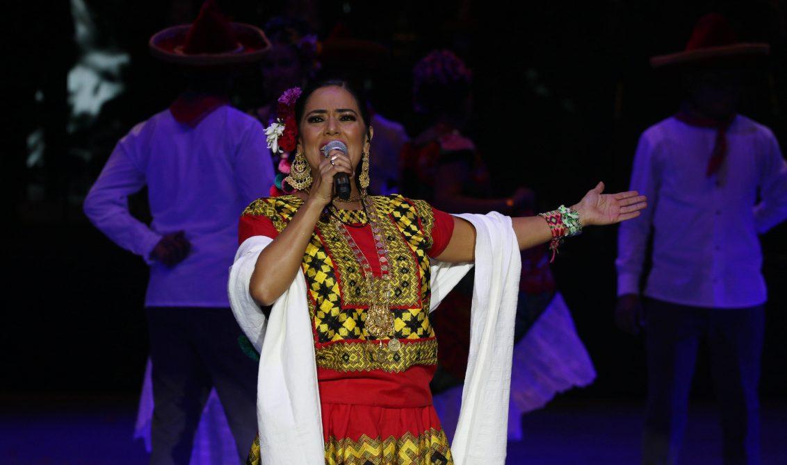 02082018-OAXACA, OAXACA, 28JULIO2018.- La cantautora oaxaqueña, Lila Dows ofreció un concierto en en el auditorio Guelaguetza ante más de once mil espectadores quienes disfrutaron de un espectáculo que tuvo una duración de al rededor de una hora y media. Durante el espectáculo participaron bailarines que representaron distintos bailables de las fiestas de la Guelaguetza tales como Juchitán, los Diablos de Juxtlahuaca, las Chinas Oaxaqueñas, entre otros. FOTO: ARTURO PÉREZ ALFONSO/ CUARTOSCURO.COM