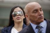 """23012019-NUEVA YORK (NY, EEUU), 17/04/2018.- La esposa del narcotraficante mexicano Joaquín """"El Chapo"""" Guzmán, Emma Coronel Aispuro (d), camina junto a una persona sin identificar (i), al salir de una vista oral hoy, martes 17 de abril de 2018, en un tribunal del distrito sur de Nueva York (EE.UU.). Eduardo Balarezo, abogado de Guzmán, explicó hoy a los periodistas que es probable que el Chapo sea sometido en las próximas dos semanas a una evaluación sicológica para determinar su condición por parte de una experta de la Universidad Johns Hopkins, de Baltimore, antes de que se inicie el juicio en EE.UU., el próximo 5 de septiembre."""