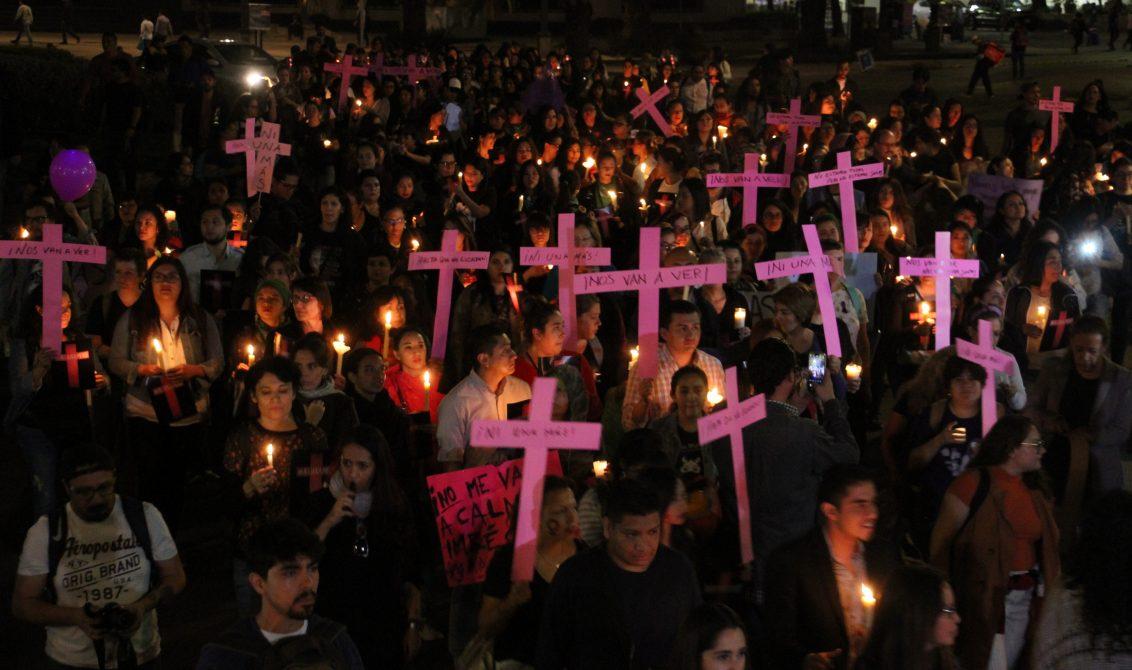 """CIUDAD DE MÉXICO, 25NOVIEMBRE.- Decenas de personas se reunieron con velas y cruces rosas en el Monumento a la Revolución para caminar en la """"Velada para recordar a las que ya no están con nosotras e iluminar el camino de justicia"""", la cual terminó en el AntiMonumenta. Esto en el marco del Día Internacional de la Eliminación de la Violencia contra las Mujeres. FOTO: ROGELIO MORALES /CUARTOSCURO.COM"""