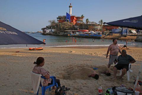 2–Abril- 2020 Acapulco, Gro. La familia Bello procedente del estado de Morelos descansan ayer en la playa Caleta, comentaron no tener temor a pesar de la alerta por coronavirus. Foto: Carlos Alberto Carbajal
