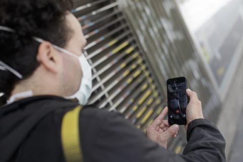 """Un hombre protegido con mascarilla realiza una videollamada por su teléfono móvil, una de las formas más habituales de comunicarse durante la pandemia del coronavirus ya que permite tener más """"cerca"""" a familiares y amigos. Foto: Europa Press"""