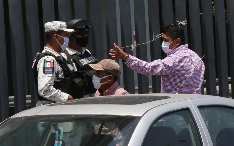 27 de Mayo del 2020 Acapulco, Guerrero.  Un empleado del Hospital General del ISSSTE en Acapulco al momento de pedir a agentes de la Guardia Nacional que retiraran   fotógrafos y reporteros que realizábamos nuestro trabajo a las afueras del hospital, el cual se encuentra saturado desee hace varios días por la pandemia de covid. Foto: Carlos Alberto Carbajal