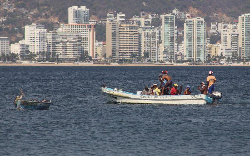27 de Mayo del 2020 Acapulco, Guerrero.  Pescadores salen a recorrer la bahía de Acapulco en busca de buena pesca. Foto: Carlos Alberto Carbajal