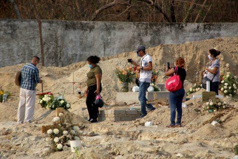 26-Mayo 2020 Acapulco, Gro. Un grupo de personas se despiden de un familiar victima de covid, sepultado ayer por la tarde en el área de fosas especiales construidas para victimas de la pandemia en panteón de El Palmar. Foto: Carlos Alberto Carbajal