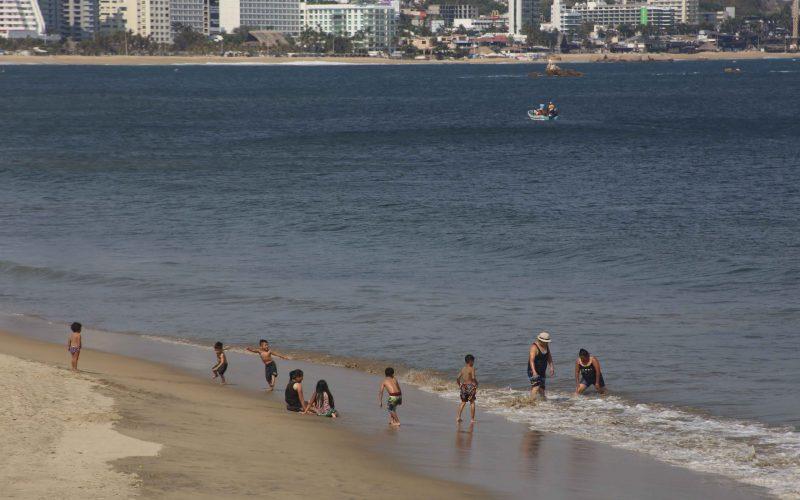 27 de Mayo del 2020 Acapulco, Guerrero.   Una familia en su mayoría niños se baña en playa Suave, las playas del puerto se encuentran cerradas desde hace mas de un mes por la pandemia de covid Foto: Carlos Alberto Carbajal