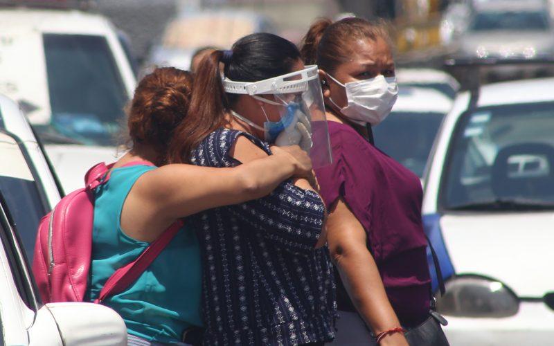 27 de Mayo del 2020 Acapulco, Guerrero.  Una mujer rompe en llanto mientras es abrazada para ser consolada al recibir malas noticias sobre un familiar internado   Hospital General del ISSSTE en Acapulco, el cual continua desde hace varios días saturado por la pandemia de covid.  Foto: Carlos Alberto Carbajal
