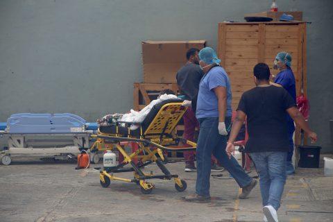 25-Mayo 2020 Acapulco, Gro. Aspecto del traslado de una paciente en el Hospital General del ISSSTE en Acapulco, el cual se encuentra saturado de pacientes de covid. Foto: Carlos Alberto Carbajal