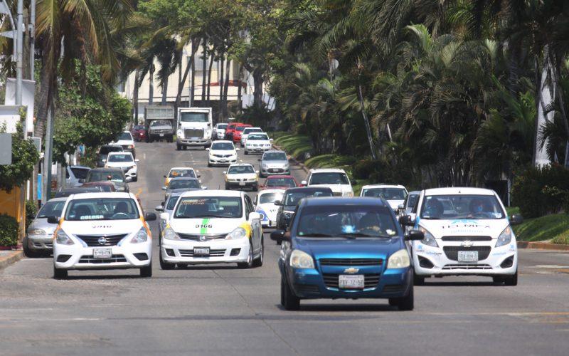 Acapulco,Gro/27Mayo2020/ Así se observo la movilidad vial a las 3 de tarde en la Costera de Acapulco, en la Zona de la Condesa. Foto: Jesús Trigo