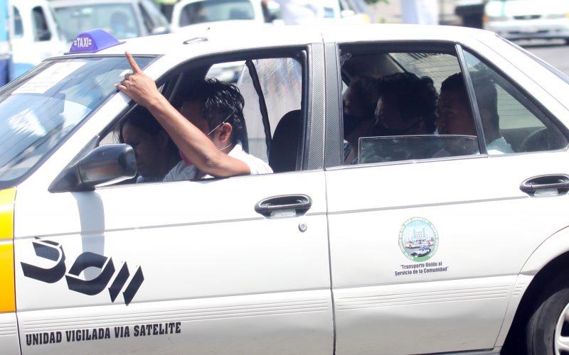 Acapulco,Gro/27Mayo2020/ A pesar de llevar cuatro pasajeros, el chofer de un  taxista colectivo de la rura Centro- San Agustín, saca la mano para ofrecer otro cupo allegara  a la para Las Anclas, en la avenida Cuauhtémoc en Acapulco. Foto: Jesús Trigo