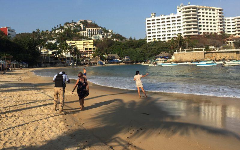 Acapulco, Gro/27Mayo2020/ Policía Turística  retira a tres personas que se encontraban bañando en la playa de Caleta en Acapulco, la tarde de ayer. Foto: Jesús Trigo