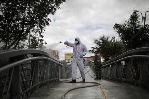 10 (200602) -- BOGOTA, 2 junio, 2020 (Xinhua) -- Un elemento del Batallón de Atención y Prevención de Desastres del Ejército Nacional de Colombia participa en una jornada de limpieza y desinfección en la localidad de Engativá de la ciudad de Bogotá, Colombia, el 2 de junio de 2020. De acuerdo con el recuento del martes del Centro de Ciencia e Ingeniería de Sistemas de la Universidad Johns Hopkins, Colombia ha registrado 29.384 casos confirmados y 963 decesos por la enfermedad causada por el nuevo coronavirus (COVID-19). (Xinhua/Jhon Paz) (jhp) (jg) (vf) (dp)