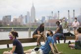 Imagen del 27 de junio de 2020 de personas relajándose en el Parque Domino en Nueva York, Estados Unidos. Foto: Xinhua