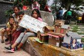 CIUDAD DE MEXICO, 21JULIO2020.- Según cifras de la UnIcef, en nuestro país el 50% de los niños y adolescentes viven en pobreza y advierten que este porcentaje podría aumentar debido a la crisis por COVID-19. En imagen, una madre y sus hijos intercambian pequeñas casas de cartón por artículos de despensa en Calle Diez y Periférico. FOTO: ROGELIO MORALES /CUARTOSCURO.COM