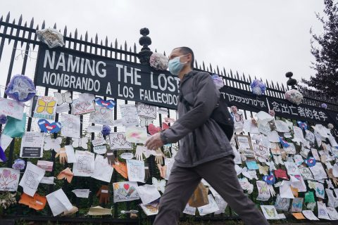 28/05/2020 28 May 2020, US, New York: A man wearing a mask walks past a memorial for Coronavirus (Covid-19) victims hangs from a fence at the entrance to The Green-Wood Cemetery. Photo: Bryan Smith/ZUMA Wire/dpa POLITICA INTERNACIONAL Bryan Smith/ZUMA Wire/dpa