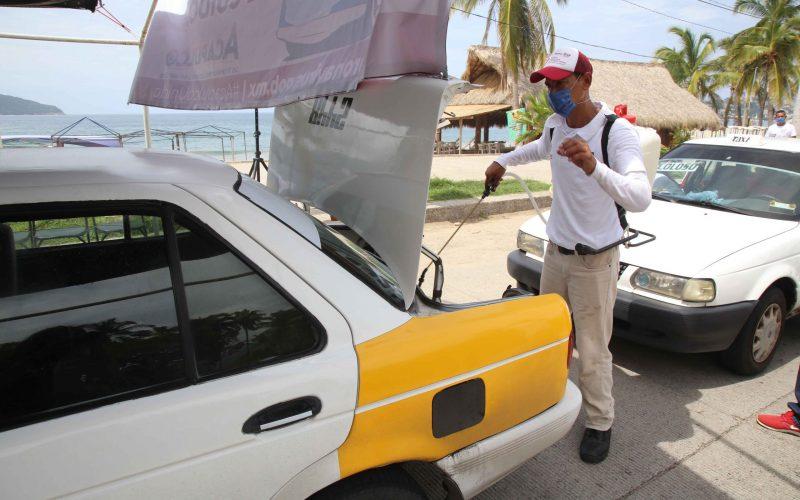 11-Julio 2020 Acapulco, Gro.   Taxis colectivos son sanitizados el sábado por la mañana un filtro sanitario instalado por el DIF Acapulco en la costera. Foto: Carlos Alberto Carbajal