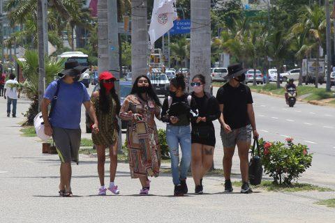 30 de Julio del 2020 Acapulco, Guerrero. Jóvenes turistas pasen utilizando cubre bocas por la costera. Foto: Carlos Alberto Carbajal