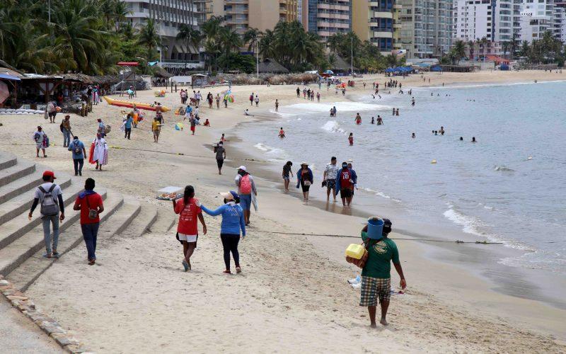 11-Julio 2020 Acapulco, Gro.   La playa Papagayo el día sábado en donde se observa a decenas de turistas y vendedores corriendo la popular playa. Foto: Carlos Alberto Carbajal
