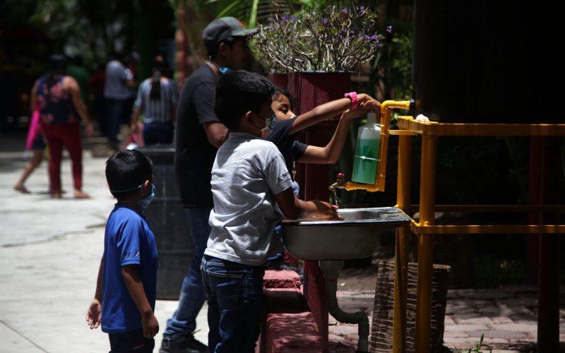 jnt-lavamanos-cubrebocas-visitantes-zoológico.jpg: Chilpancingo, Guerrero 10 de julio del 2020// Niños usan uno de los lavamanos  instalados en el zoológico Zoochilpan, el cual estuvo cerrado por tres meses por el Covid-19. Foto: Jessica Torres Barrera