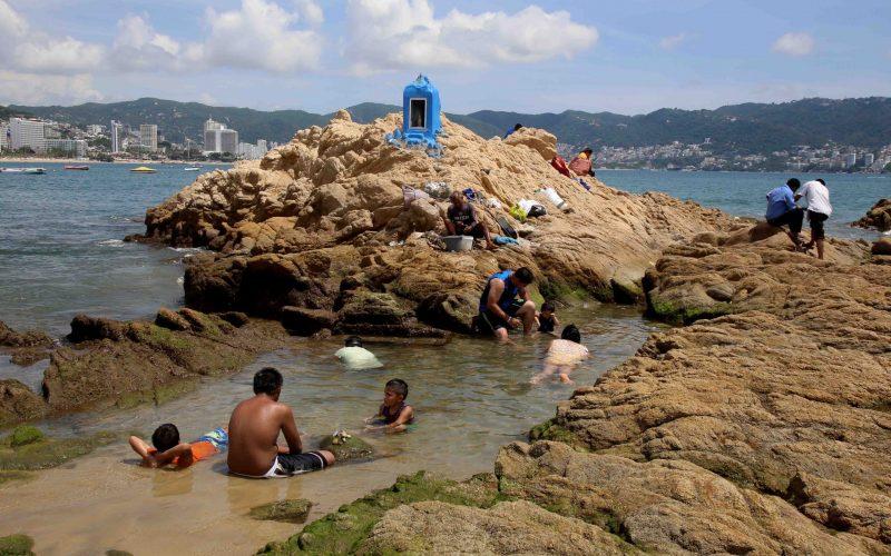 24 de septiembre del 2020 Acapulco, Guerrero.   Bañistas ayer en la playa Papagayo. Foto: Carlos Alberto Carbajal