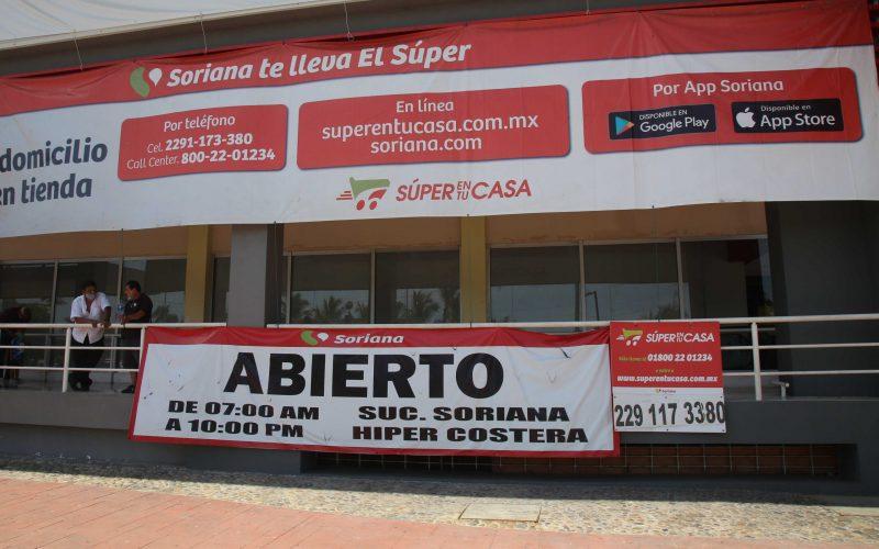 24 de septiembre del 2020 Acapulco, Guerrero.  La tienda Soriana costera muestra en una lona el nuevo horario en que da servicio la clientes, por a las nuevas disipaciones del cambio al color naranja del semáforo epidemiológico de covid-19.  Foto: Carlos Alberto Carbajal