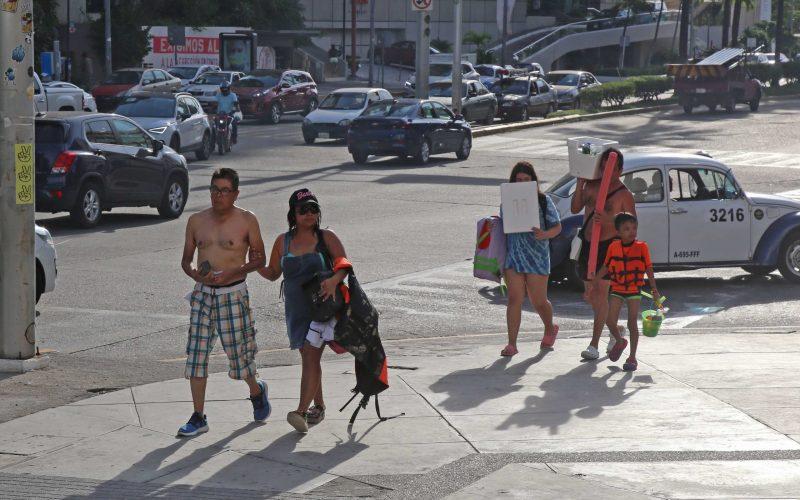 27  de Octubre del 2020 Acapulco, Guerrero.  Turistas no utilizan cubre bocas mientras caminan la avenida costera de Acapulco. Foto: Carlos Alberto Carbajal