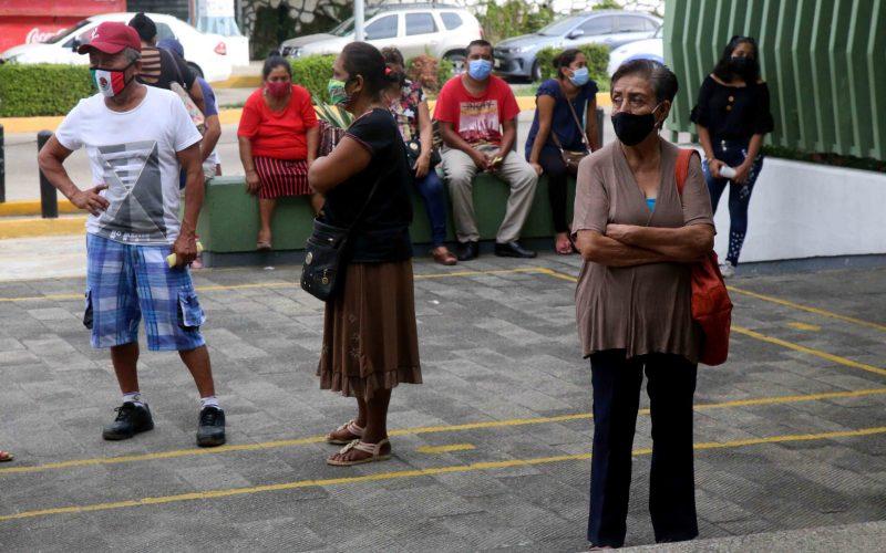 27  de Octubre del 2020 Acapulco, Guerrero.  Pacientes en espera de consulta medica en el Hospital Militar de Acapulco, en donde revelaron que aumentan los pacientes menores de 40 años con complicaciones por covid-19. Foto: Carlos Alberto Carbajal
