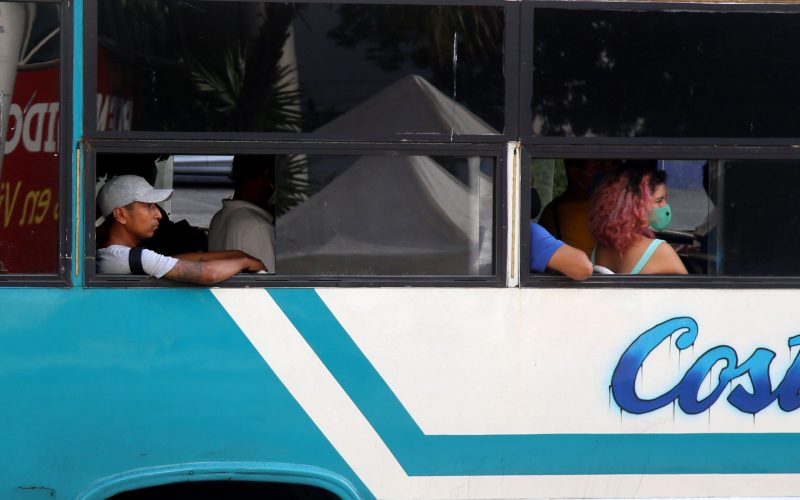 27  de Octubre del 2020 Acapulco, Guerrero.  Algunos usuarios de trasporte publico de Acapulco no utilizan cubre bocas y tampoco las autoridades supervisan se realicen todos los protocolos de seguridad sanitaria en el trasporte publico. Foto: Carlos Alberto Carbajal