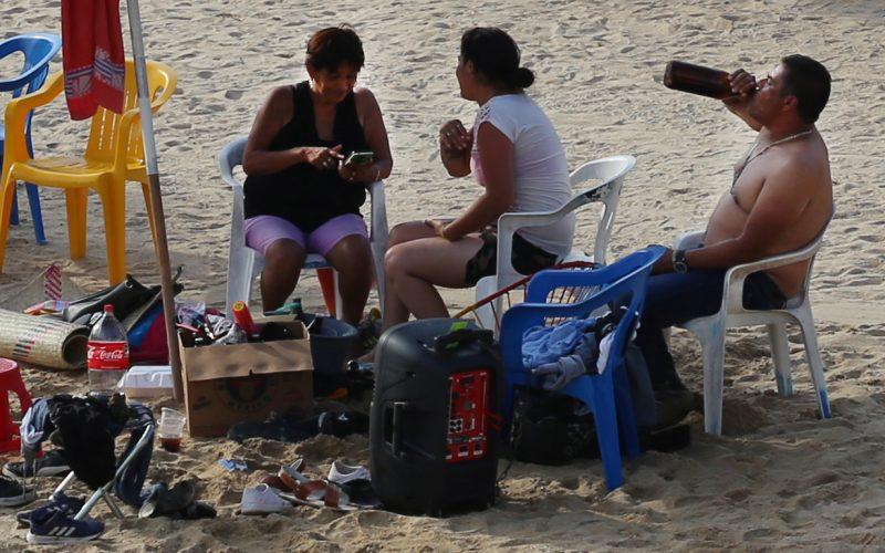 Acapulco,Gro/27Octubre2020/  Vacacionistas en la playa de Caletilla en el puerto Acapulco, la tarde de ayer. Foto: Jesús Trigo