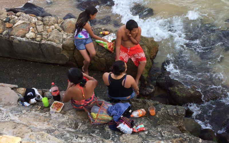 Acapulco,Gro/27Octubre2020/ Una familia de visitantes disfrutando la tarde de ayer  en la playa de Caleta en el puerto Acapulco. Foto: Jesús Trigo
