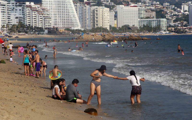 27 de Noviembre del 2020 Acapulco, Guerrero.   Bañistas captados en la playa Carabalí.  Foto: Carlos Alberto Carbajal