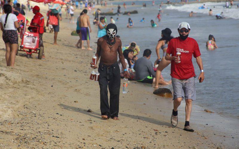 27 de Noviembre del 2020 Acapulco, Guerrero.  Bañistas captados ayer en la playa Carabalí. Foto: Carlos Alberto Carbajal