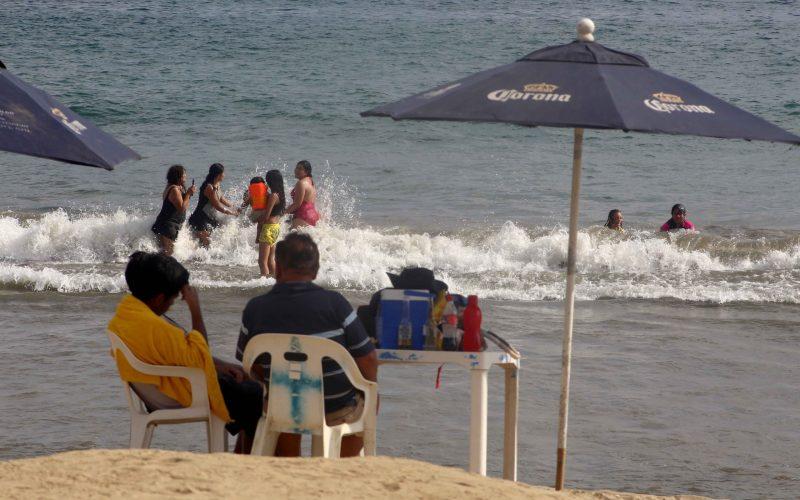 27 de Noviembre del 2020 Acapulco, Guerrero.   Turistas descansan en la playa Carabalí. Foto: Carlos Alberto Carbajal