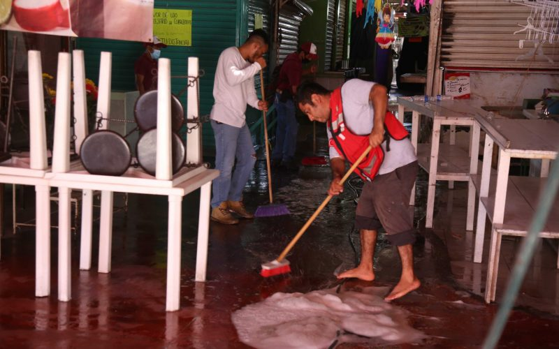 21 de Enero del 2020 Acapulco, Guerrero. Limpieza y sanitizacion del mercado de la colonia Progreso por lo cual estuvo cerrado ayer. Foto: Carlos Alberto Carbajal