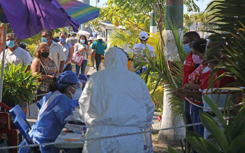 21 de Enero del 2020 Acapulco, Guerrero. Personas esperan para realizarse la prueba de covid, en el modulo instalado junto al asta bandera. Foto: Carlos Alberto Carbajal