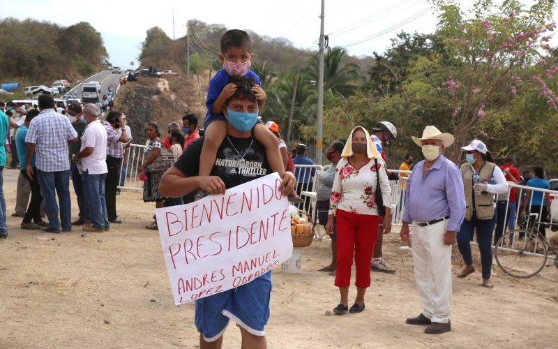 16-enero 2020 Acapulco, Gro.   Un padre con su hijo en hombros porta una pancarta para darle la bienvenida al presidente Andrés Manuel López Obrador, el día sábado en el municipio de Petatlan . Foto: Carlos Alberto Carbajal