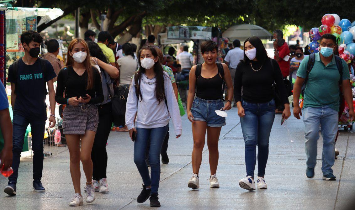 Pese a ir en aumento los contagios por Covid-19 en Guerrero, jóvenes pasean en el centro de Chilpancingo. Foto: Jesús Eduardo Guerrero