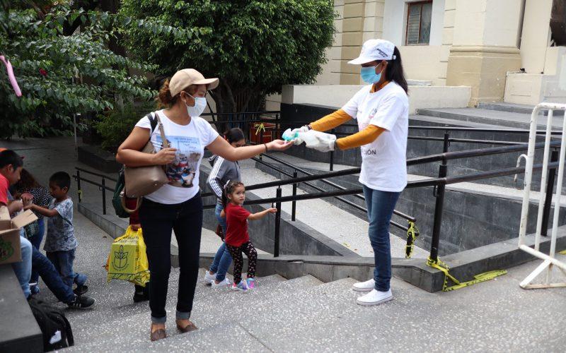 Chilpancingo gro, 17 de enero 2021. // Una integrante de la campaña de concientización ante pandemia por el Covid-19, regala gel antibacterial a una mujer en el centro de Chilpancingo. // Foto: Jesús Eduardo Guerrero