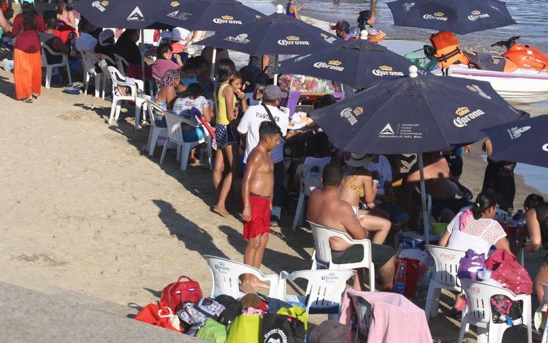Acapulco,Gro/17Enero2021/ Vacacionista aglomerados sin respetar la distancia sanitaria, la tarde de ayer en la playa Papagayo en el puerto de Acapulco. Foto: Jesús Trigo