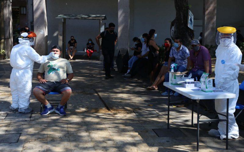 Acapulco,Gro/22Enero2021/ Con gran número de personas continúan realizándose la prueba del COVID, en el Zócalo de Acapulco. Foto: Jesús Trigo