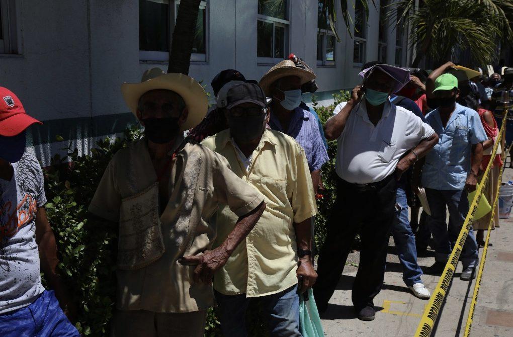 Esperan campesinos pago del Proagro seis horas, de pie en el sol y sin la  sana distancia - El Sur Acapulco suracapulco I Noticias Acapulco Guerrero