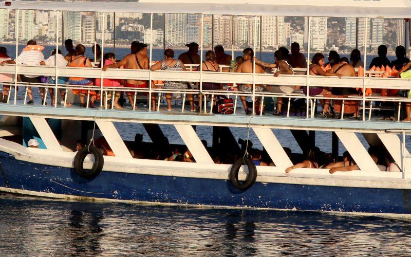 5 de Marzo del 2021 Acapulco, Guerrero. Turistas en paseo en lancha en el área del malecón de Acapulco. Foto: Carlos Alberto Carbajal
