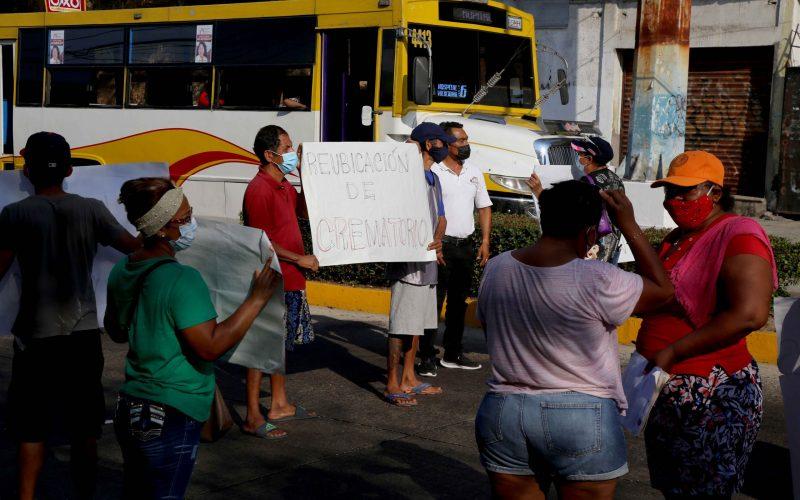 4 de Marzo del 2021 Acapulco, Guerrero. Vecinos de la colonia Garita bloquean la avenida Ruiz Cortines frente a la funeraria Porcayo, para exigir que se reubique el crematorio ya que causa contaminación. Foto: Carlos Alberto Carbajal
