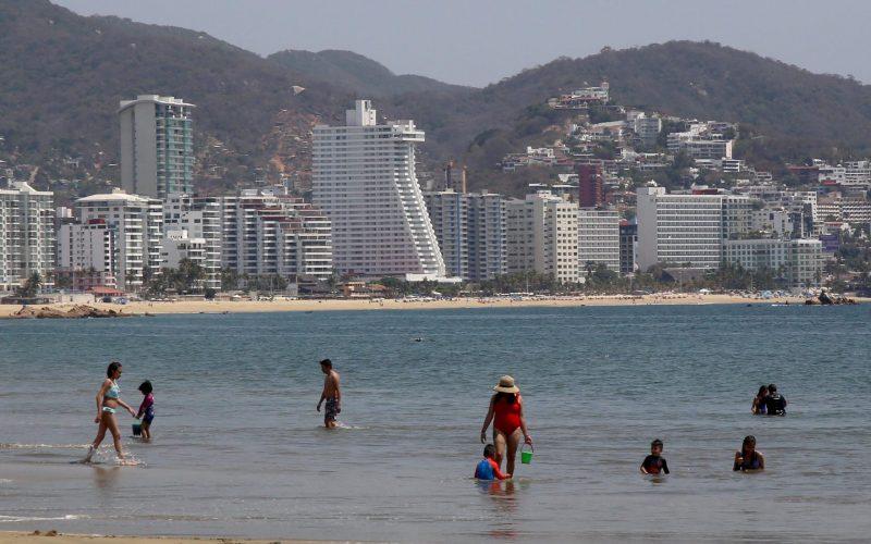 4 de Marzo del 2021 Acapulco, Guerrero. Algunos turistas que llegaron a pasar el día ayer en playa Suave. Foto: Carlos Alberto Carbajal