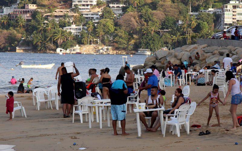 5 de Marzo del 2021 Acapulco, Guerrero.  Turistas pasan la tarde en la playa Tlacopanocha. Foto: Carlos Alberto Carbajal