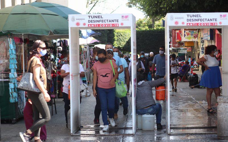 Chilpancingo Gro, 4 de marzo 2021. // Habitantes de Chilpancingo pasan por uno de los túneles sanitizantes en el centro de está ciudad capital, como parte de las medidas contra el Covid-19. // Foto: Jesús Eduardo Guerrero