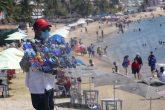 27-febrero 2021 Acapulco, Gro. Vendedor de lentes en busca de clientes en la playa Papagayo, una de las visitadas . Foto: Carlos Alberto Carbajal